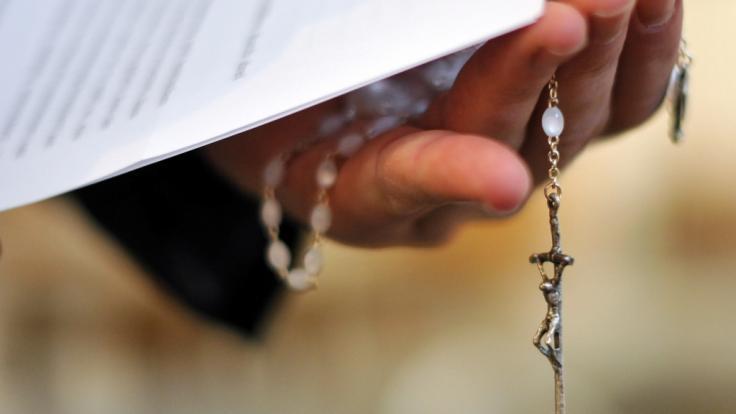 Ein Priester ist während einer live im TV übertragenen Messe mit einem Messer angegriffen und verletzt worden (Symbolbild). (Foto)