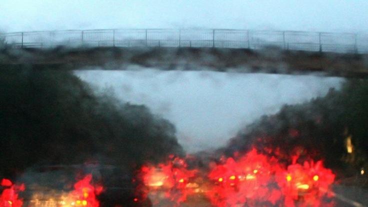 Kein Durchblick: Regen behindert die Sicht und verändert das Fahrverhalten des Wagens. Schnee übrigens auch.  (Foto)