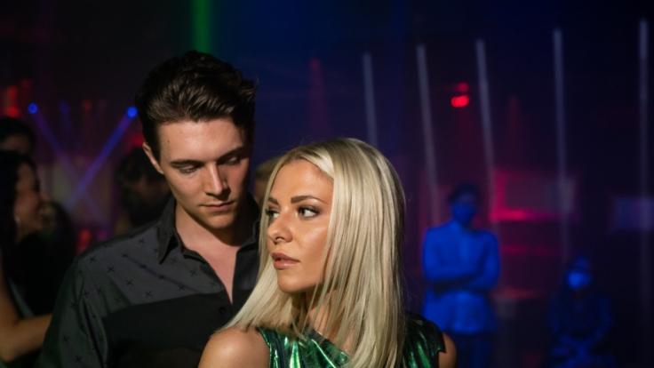 Valentina Pahde mit ihrem Schauspiel-Kollegen am Set von