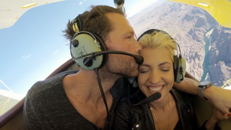 Oliver und Sarah erleben gemeinsam einen Flug im Doppeldecker. (Foto)