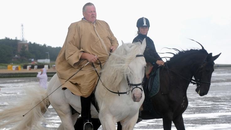 Tamme und Carmen Hanken bei einem Ausritt mit den Pferden. (Foto)