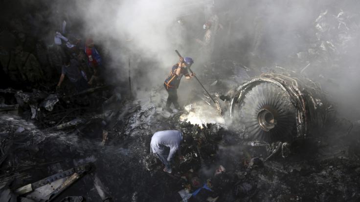 Der Absturz einer Passagiermaschine in Pakistan hinterließ ein Bild des Grauens. (Foto)