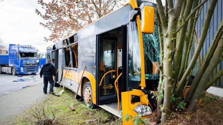 Ein Schulbus in Troisdorf ist mit einem LKW kollidiert.
