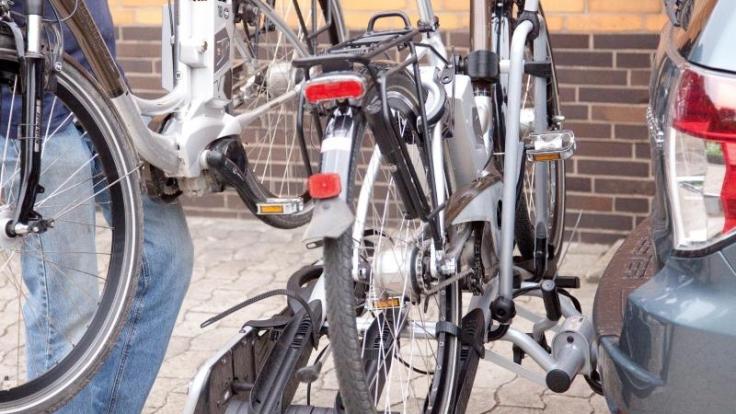 Haben Fahrradträger für E-Bikes einen besonders festen Sitz auf der Anhängerkupplung, schlägt es sich meist in ihrem Preis nieder, so ein Testergebnis.