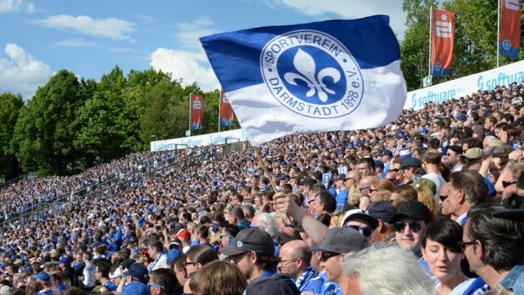 Von den Rängen aus jubeln die Fans vom SV Darmstadt 98 ihrer Mannschaft zu. (Symbolbild) (Foto)