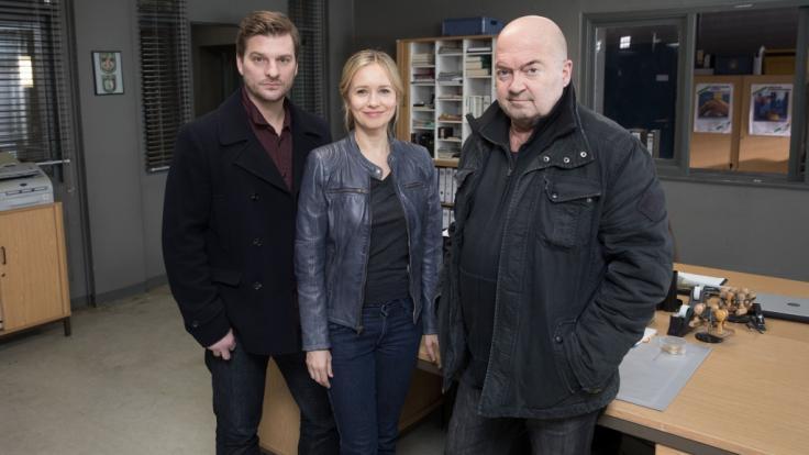 Matthi Faust (l.) neben Stefanie Stappenbeck (M.) und Florian Martens (r.) bei Dreharbeiten zum ZDF-Krimi
