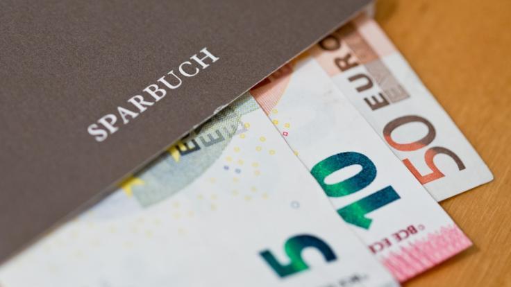 Deutsche Sparer könnte der Negativzins um Milliarden Euro bringen. (Foto)