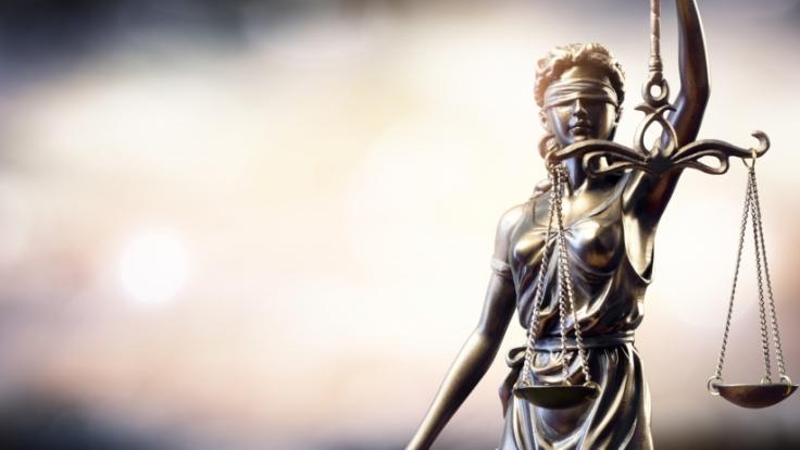 Ein Gericht sprach einem Vergewaltiger das Sorgerecht für sein Kind zu.