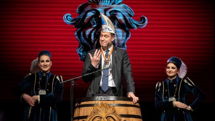 Kitzingen: Markus Söder (CSU), Ministerpräsident von Bayern, hält während der Prunksitzung der Kitzinger Karnevalsgesellschaft (KiKaG) eine Laudatio für den Schlappmaulorden, mit dem er zuvor geehrt wurde. (Foto)