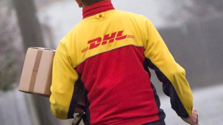 DHL garantiert die Zustellung bis Heiligabend - vorausgesetzt die Fristen zur Paketabgabe werden eingehalten. (Foto)