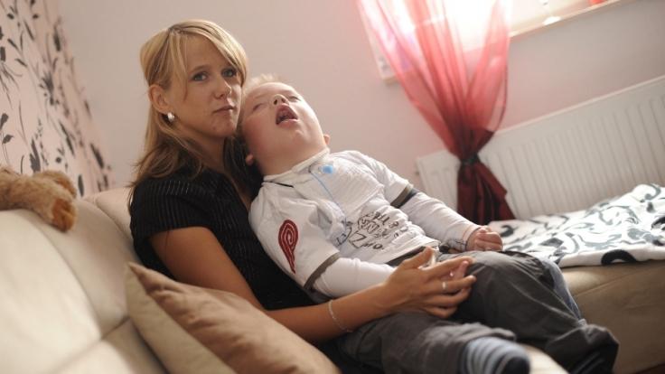 Jenny Geisteuer kümmert sich um ihrern Sohn Jean-Pierre, der seit zwei Jahren im Wachkoma liegt. (Foto)