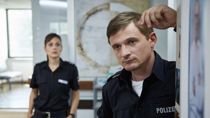 Eine Moorleiche bereitet den Polizisten Özlügül (l.) und Jensen Kopfzerbrechen.
