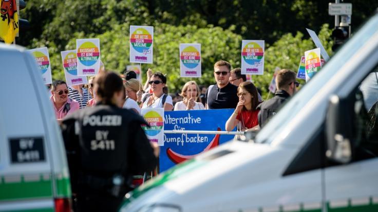 Zahlreiche Menschen protestieren vor der Messe in Augsburg gegen den Bundesparteitag der AfD.