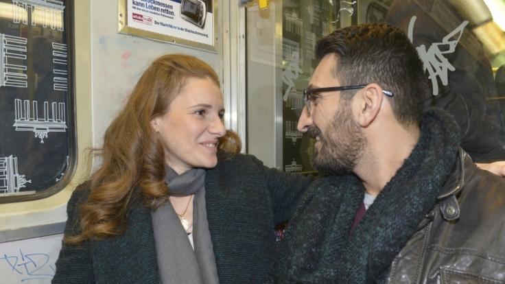 Emma (Claudia Lorentz) trifft auf Mesut (Mustafa Alin). (Foto)