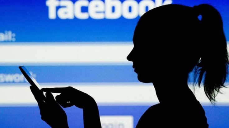 Facebook-Nutzer sollten regelmäßig prüfen, welche Inhalte sie sichtbar machen oder welche Rechte sie dem Unternehmen einräumen. (Foto)
