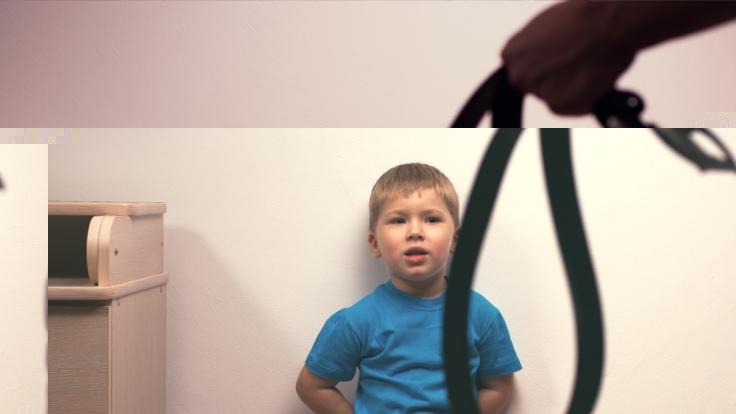 Eine Mutter soll ihre Kinder mit einem Gürtel verprügelt haben. (Symbolbild) (Foto)