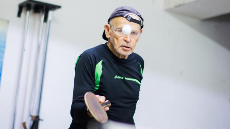 Günter Wallraff spielt in seiner Freizeit gern Tischtennis, auch gegen prominente Gegner wie Karl Lauterbach oder Kai Diekmann. (Foto)