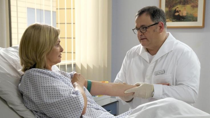 Für Hans-Peter (Michael Trischan) ist es unerträglich, Yvonne Habermann (Maren Gilzer) für die Operation vorzubereiten.
