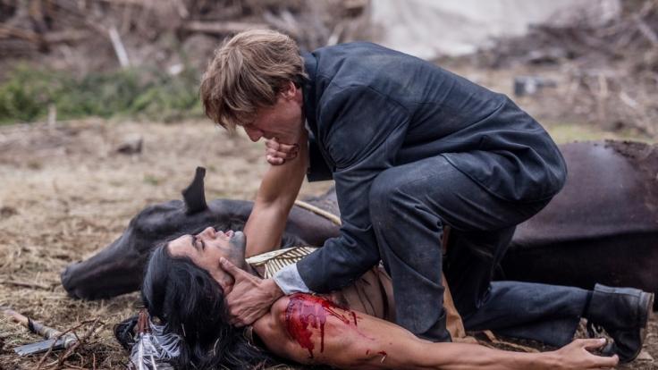 Winnetou (Nik Xhelilaj, l.), und Old Shatterhand (Wotan Wilke Möhring) kämpfen gemeinsam für das Land der Apachen. (Foto)
