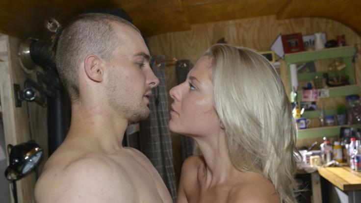 Chris (Eric Stehfest) und Sunny (Valentina Pahde) geben sich ihren Gefühlen hin. (Foto)