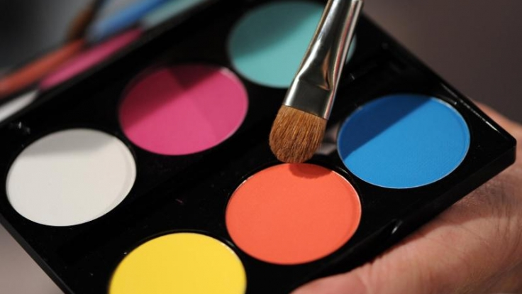 Bevor Karnevalisten ihr Gesicht mit Farben in Szene setzen, sollten sie eine fetthaltige Creme auftragen. (Foto)
