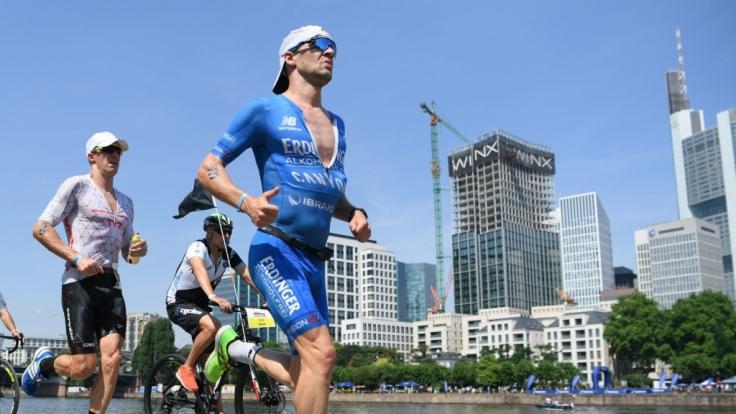 Die Triathleten Patrick Lange (r) aus Deutschland und James Cunnama aus Südafrika sind bei der Ironman-EM auf der Laufstrecke in Frankfurt unterwegs.