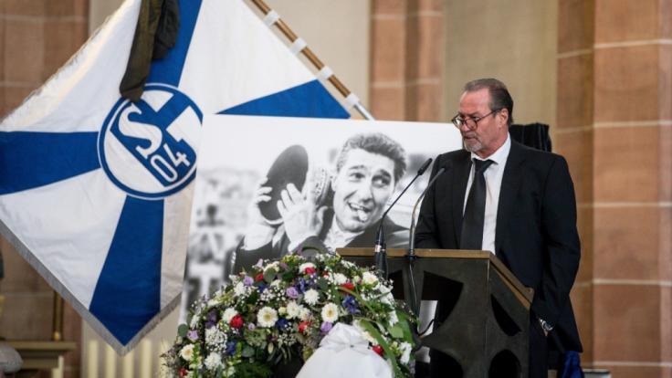 Der ehemalige Schalke-Trainer Huub Stevens spricht bei der Gedenkfeier.