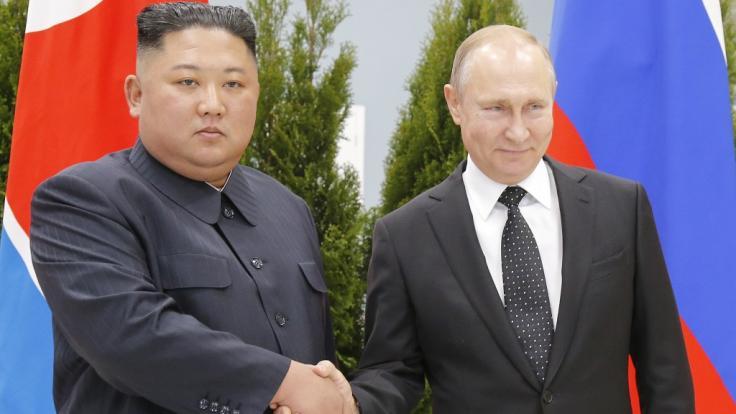 Wladimir Putin (r.) empfängt Kim Jong-un in Wladiwostock.