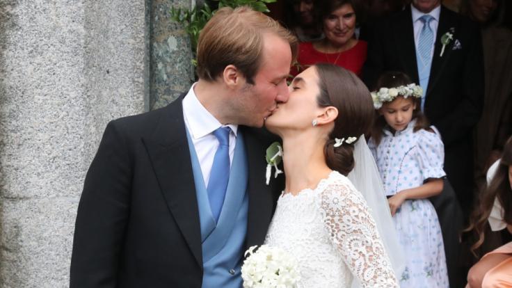 Konstantin von Bayern und seine Frau Deniz kommen nach ihrer Trauung aus der Kirche und küssen sich. (Foto)