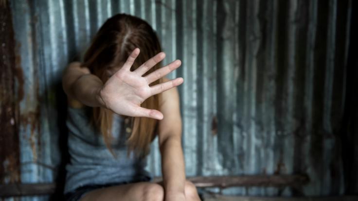 Ein Mann in England wurde zu 14 Jahren Haft verurteilt, nachdem er eine junge Frau (19) zu Hause eingesperrt, misshandelt und vergewaltigt hat. (Foto)