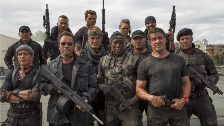 Der Cast von The Expendables: Unter anderem Kellan Lutz (hinten, 3. v.l.), Antonio Banderas (vorn links, Arnold Schwarzenegger (vorn, 2. v.l.), Dolph Lundgren (3.v.l.), Wesley Snipes (4.v.l.), Sylvester Stallone (2. v.r.) und Jason Statham (rechts). (Foto)