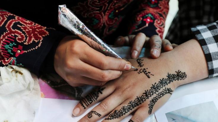 Ein Henna-Tattoo wird auf der Hand aufgetragen. (Foto)