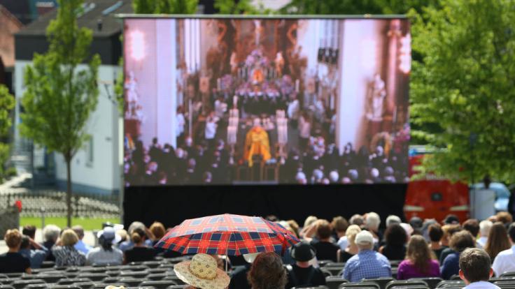 Die Trauerfeier wurde auch öffentlich übertragen. (Foto)