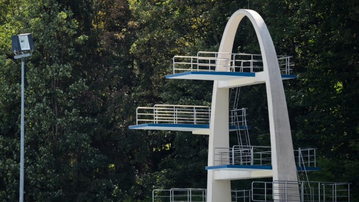 Von diesem Sprungturm sprangen die beiden Männer in ein leeres Schwimmbecken. (Foto)