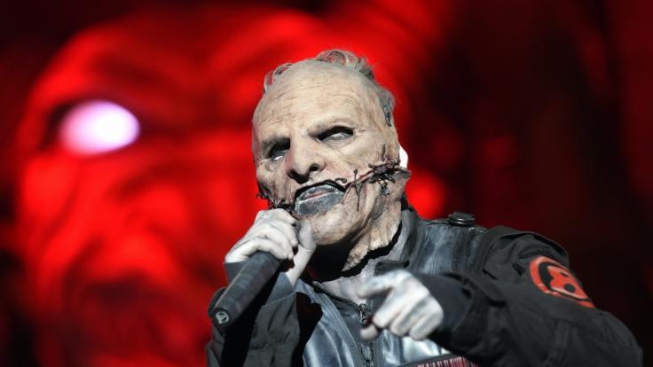 Corey Taylor mit Maske auf der Bühne. (Foto)