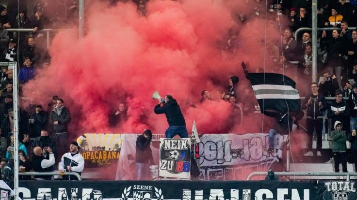 Die Fans vom SV Sandhausen, stehen hinter ihrem Verein. (Symbolbild) (Foto)