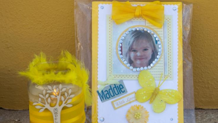 Eine Kerze und ein Porträtfoto von Madeleine McCann im Gedenken an die am 3. Mai 2007 im Alter von drei Jahren aus einer Ferienanlage verschwundene Maddie.