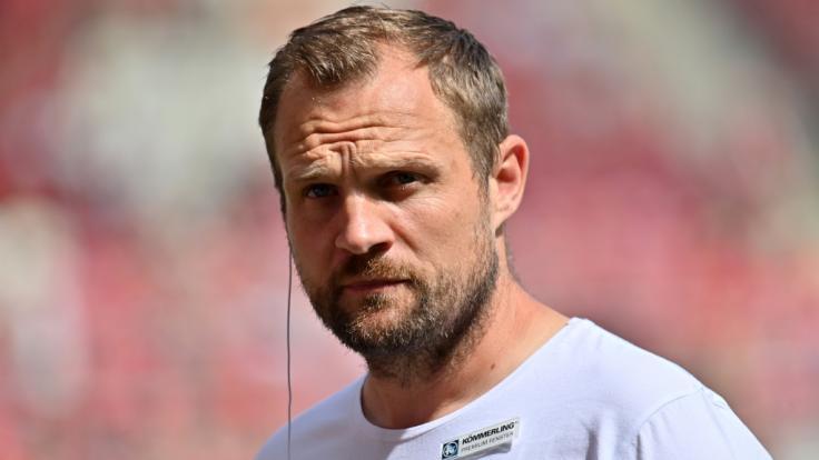 Bo Svensson gibt als Cheftrainer von Mainz ein Interview. (Foto)