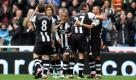 Newcastle United's Sylvain Marveaux, center, celebrates with his teammates after Everton's John Heitinga scores an own goal during their English Premier League soccer match at St James' Park, Newcastle, England, Saturday, Nov. 5, 2011. (AP Photo/Scott Heppell) Foto: dapd