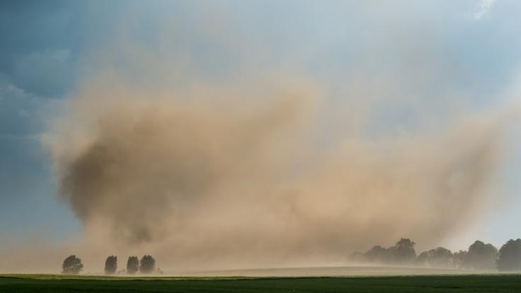 Durch die anhaltende Trockenheit und der aktuellen Unwetterwarnung vor Sturmböen kann es zu Sandstürmen kommen. (Foto)