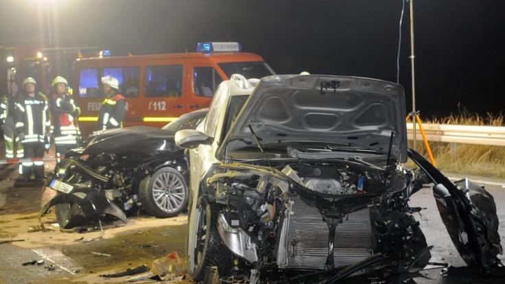Rettungskräfte stehen nach einem Geisterfahrer-Unfall am 05.11.2011 an der Unglücksstelle auf der Autobahn A3 Frankfurt-Köln. Im Vordergrund das Fahrzeug des Geisterfahrers. (Foto)