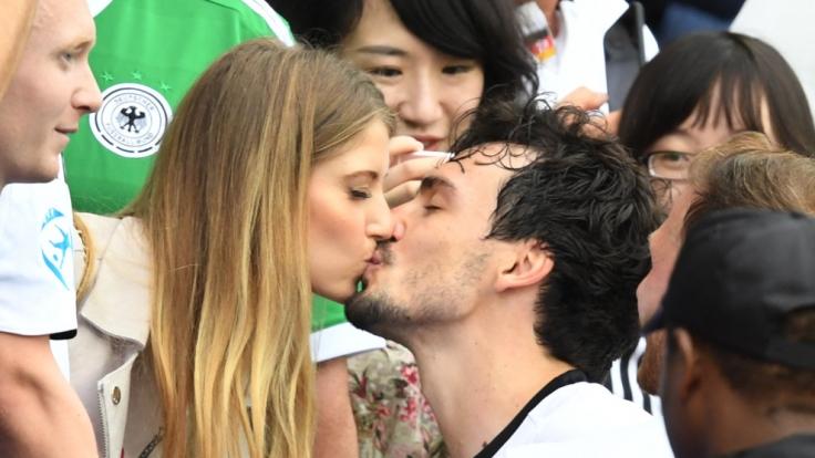Romantische Szene am Spielfeldrand: Cathy und Mats Hummels bei einem innigen Kuss. (Foto)