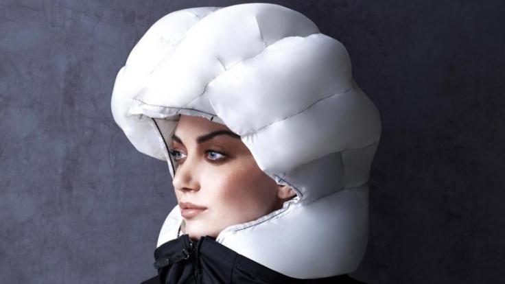 Bei einem Unfall wird diese um den Hals getragene Manschette der Firma Hövding zum Radfahrer-Airbag.