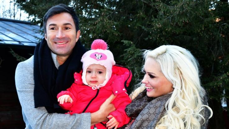 Auch Sophia Cordalis (Mitte), die knapp zweijährige Tochter von Lucas Cordalis und Daniela Katzenberger, scheint in den Familienzoff hineingezogen zu werden.