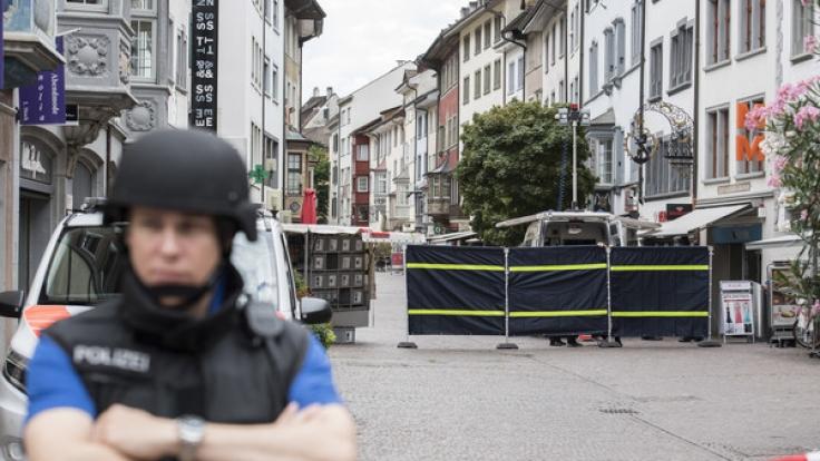Die Polizei Schaffhausen hat die Innenstadt abgeriegelt, nachdem ein Mann Mitarbeiter einer Krankenkasse mit einer Kettensäge angegriffen hat. (Foto)