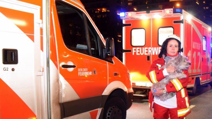 Die Berliner Polizei wurde zu einem Wohnungsbrand in der Leipziger Straße in Mitte gerufen und rettete dort drei Bewohner und einen Hund aus den Flammen.