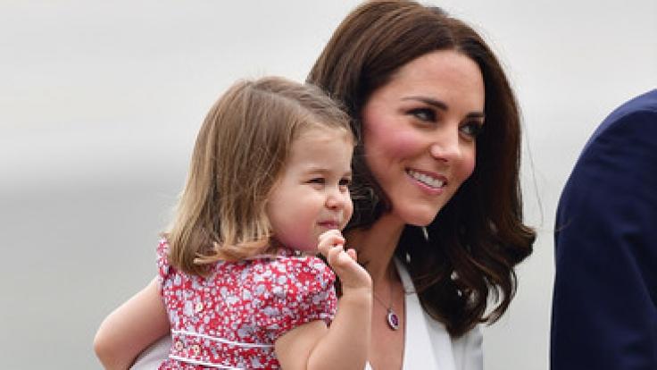 Prinzessin Charlotte winkt fleißig den Kameras zu.