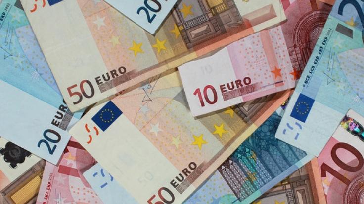 Ein Online-Anbieter zahlt Kunden aktuell Geld, wenn sie einen Kredit bei ihm aufnehmen.