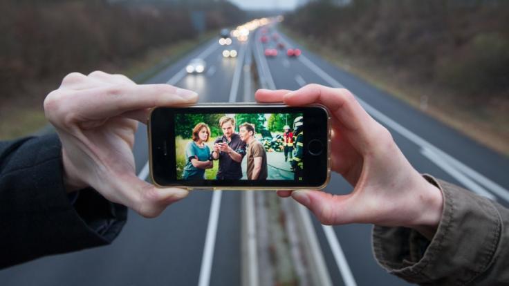 Haben Gaffer bei einem Unfall auf der A8 in Pforzheim tatsächlich die Türen eines Krankenwagens geöffnet? (Symbolbild) (Foto)