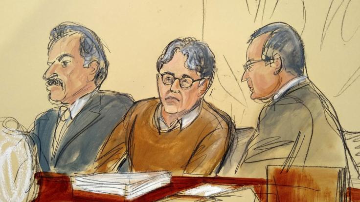 Diese Gerichtszeichnung zeigt den Angeklagten Keith Raniere (M) im Gerichtssaal. Der Gründer eines bizarren New Yorker Sex-Kults muss wohl den Rest seines Lebens hinter Gittern verbringen. (Foto)